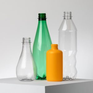 Botellas de diferentes marcas, creadas a partir de reciclaje enzimático